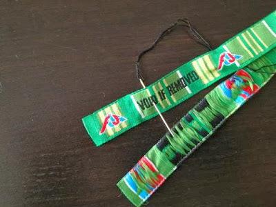 FUJI ROCK FESTIVALのリストバンドで糸と刺繍の色の合うところを縫い付けます