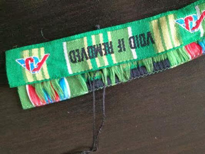 FUJI ROCK FESTIVALのリストバンドで反対側も糸と刺繍の色の合うところを縫い付けます