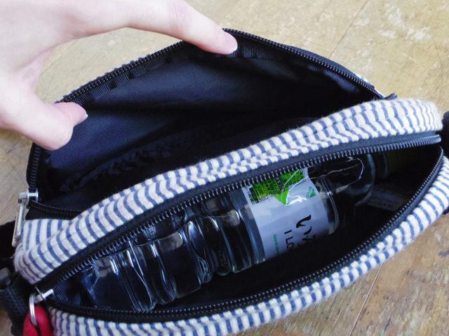 ペットボトルを入れた状態でも外側のポケットは潰れず使えます