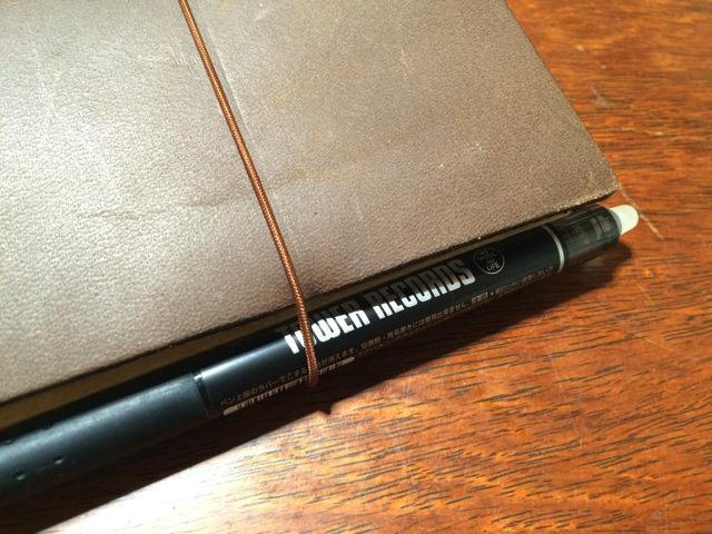 トラベラーズノートの内側にボールペンを留められました