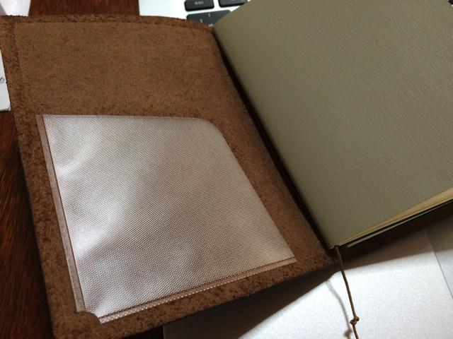 トラベラーズノートパスポートサイズポケットシールを貼り付ける