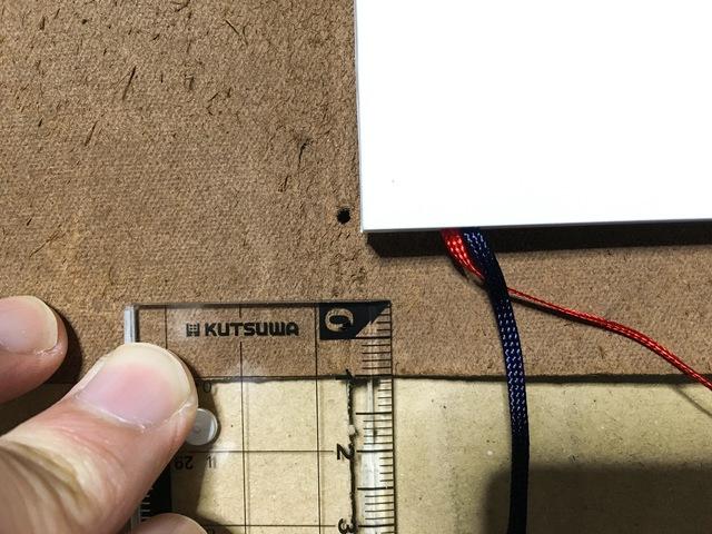 カバーの上下1cm位を定規で測って印をつけます