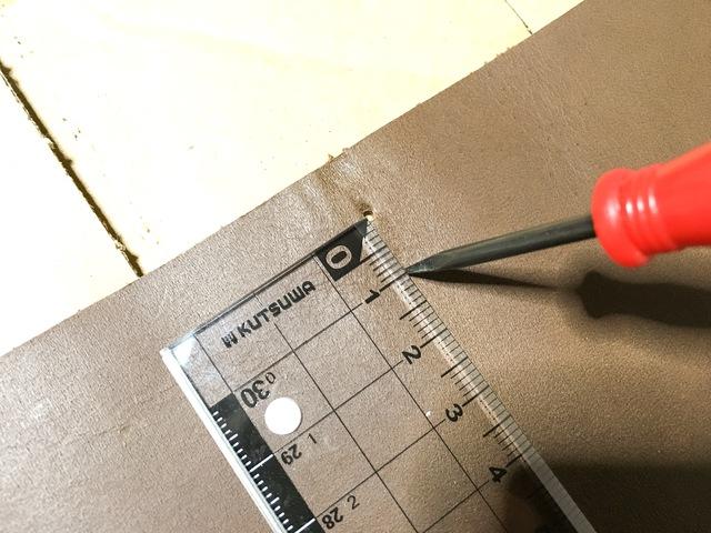 残っていたゴムの通し穴からさらに1cm程中心に向かって穴を開けます