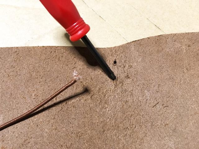 ゴムが通りづらい時は穴を広げながら調節していきます