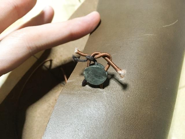 トラベラーズノートのリフィルとめ用ゴムを固定する金具を取り付けます
