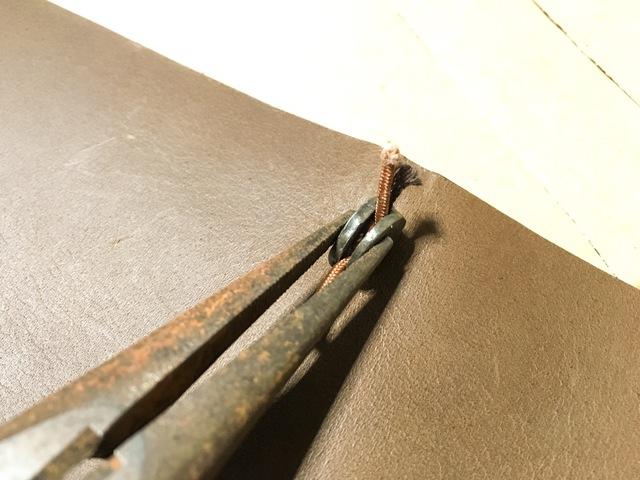 最終確認OKなら、金具をラジオペンチで挟んで潰します